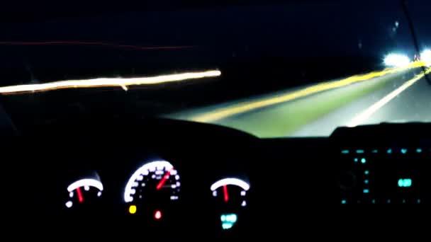 Zeitraffer beim Autofahren auf nächtlicher Straße