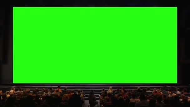 Menschen im Zuschauerraum mit Chroma-Keyscreen