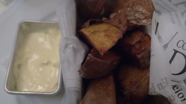 Jíst pečené brambory se smetanovou omáčkou