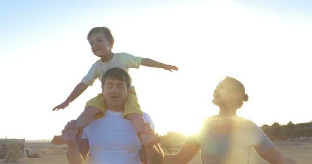 Eltern und Sohn zu Fuß