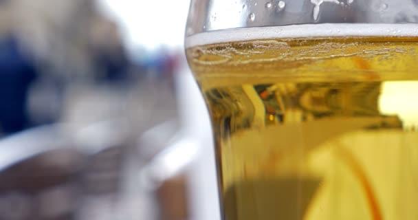 Üveg világos sör, szabadtéri kávézó