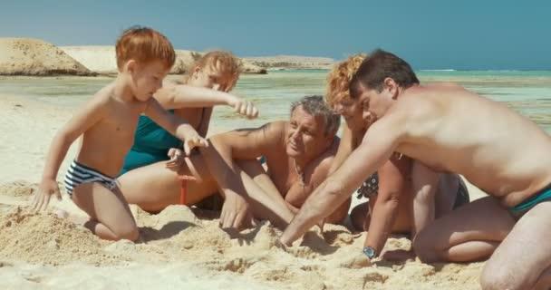 Rodina tráví čas na pláži