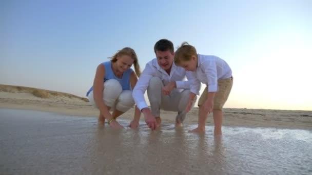 rodina tráví čas u moře