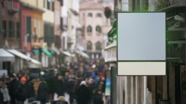 Üres banner lógott a zsúfolt utcán
