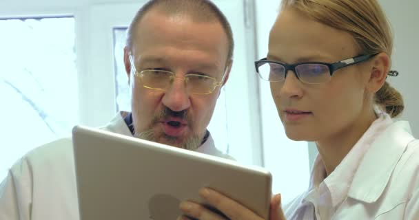 Doctors Using Tablet PC for Work