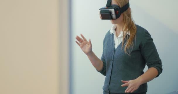 Frau unterhält mit VR-Headset fürs Handy