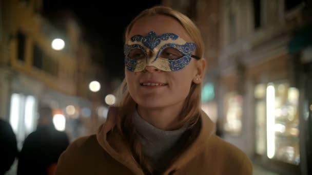 Frau in Karnevalsmaske spaziert in Venedig, Italien