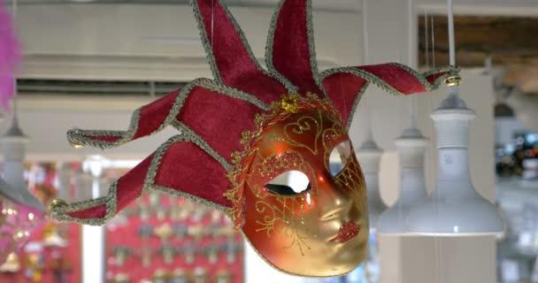 rote venezianische Maske hängt im Geschäft