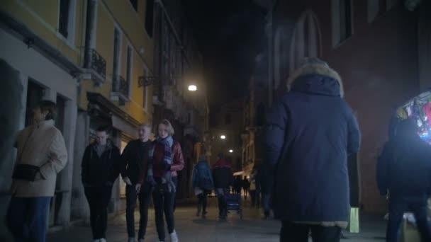 Lidí, kteří jdou po ulici v Benátkách, Itálie