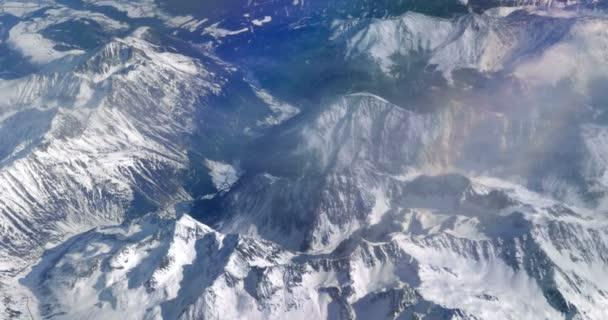 Výhled na zasněžené vrcholky hor.