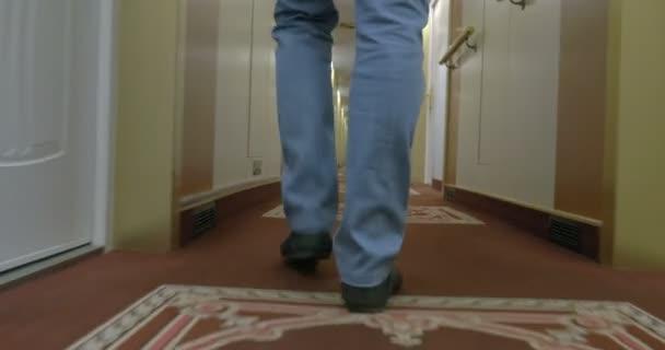 Rychle chodící muž na chodbě zaoceánská plavba