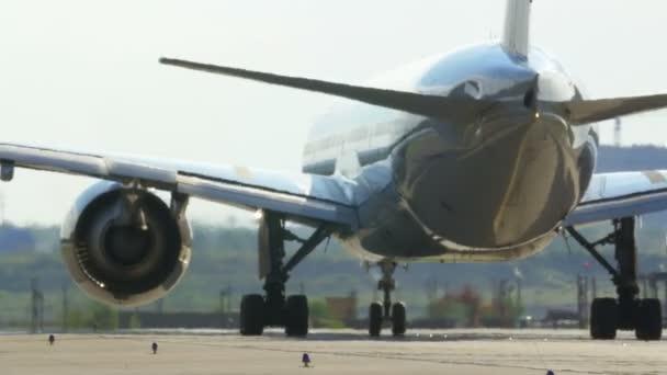 Passagierflugzeug auf der Landebahn