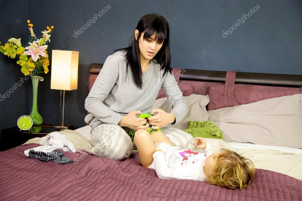 Moeder meisje in slaapkamer aankleden in de ochtend — Stockfoto ...