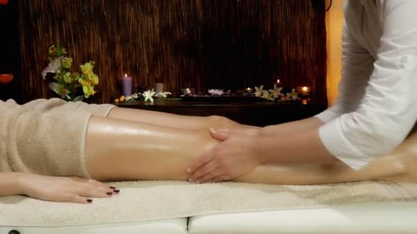Ženské nohy a nohy dostat masáž v lázních dolly zastřelil 4k