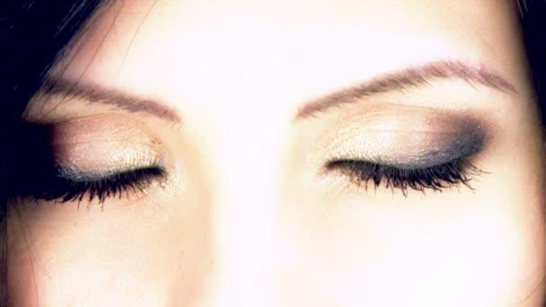 Zwei große schöne grüne Augen
