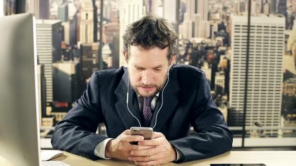 Geschäftsmann schreibt SMS