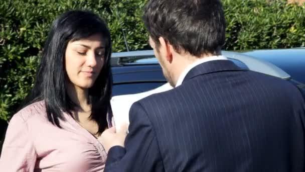 Frau kauft neuen Geländewagen