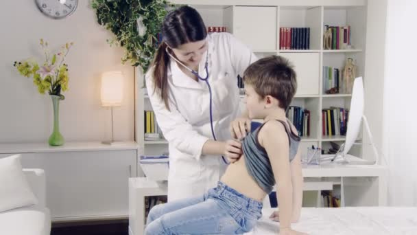 Arzt untersuchen Kind