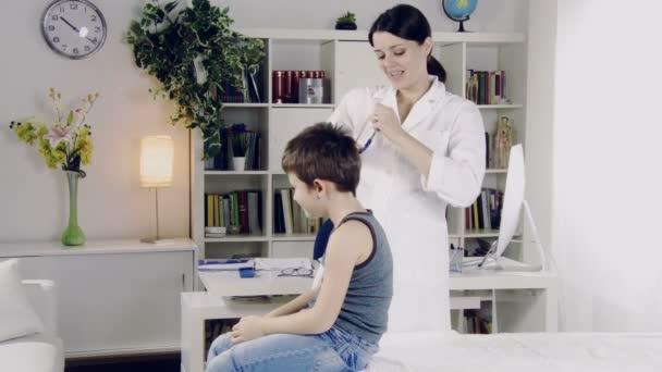 lékaři vyšetřují dítě