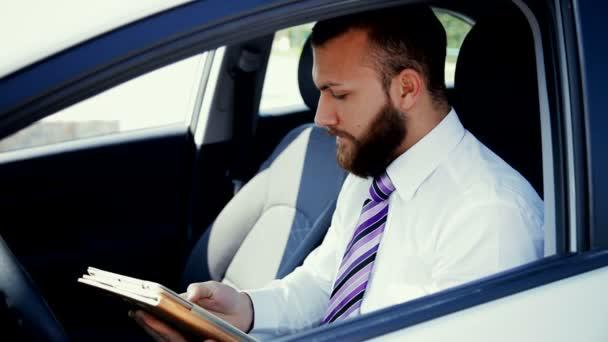 Cooler Geschäftsmann sitzt im Auto