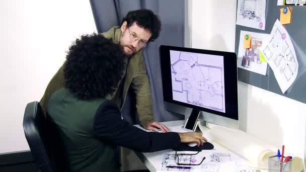 Dva architekti pracují na projektu