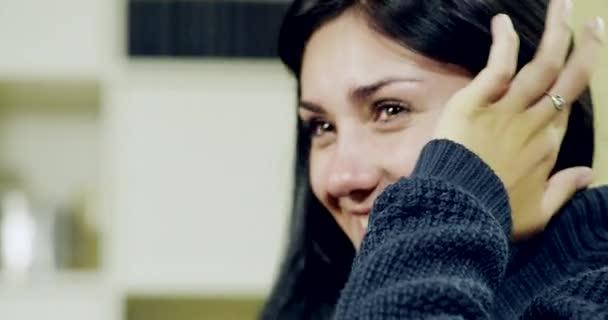 Szomorú fiatal nő sírva, és nevetve