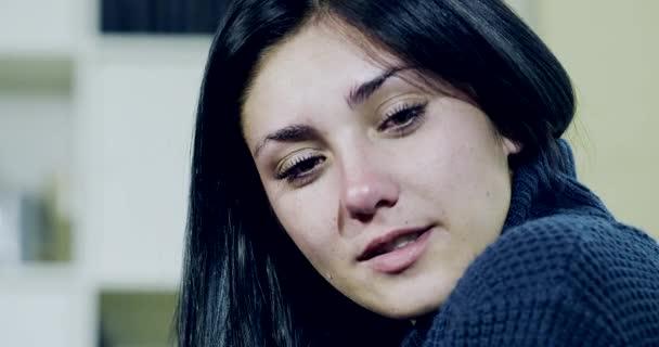 Smutný mladá žena pláče a směje se