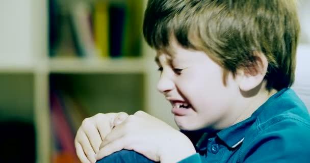 Bambino triste a casa piangendo