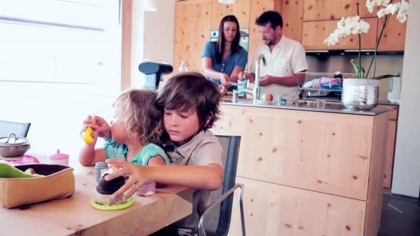 šťastná rodina v kuchyni