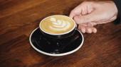 vágott kilátás férfi gazdaság csésze cappuccino latte art