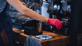 vágott kilátás barista latex kesztyű gazdaság portafilter őrölt kávé kávézóban