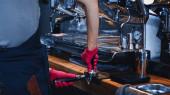 vágott kilátás barista nyomja meg a kávét babráló közelében modern kávéfőző gép