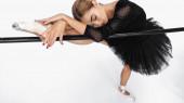 elegáns balerina tutu szoknya nyúlik közel barre fehér háttér