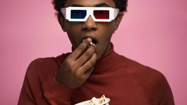 African american teenager in 3d glasses eating popcorn isolated on pink stock vector