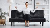 sikeres üzletasszony meditál, miközben ül a kanapén az irodában