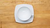 top view fehér, üres csésze és csészealj a fa felületen