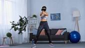 junge Frau in Sportbekleidung und vr Headset-Gaming zu Hause