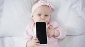 horní pohled na dítě drží smartphone s prázdnou obrazovkou