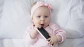 felső nézet csecsemő baba nyitott szájú gazdaság okostelefon üres képernyővel