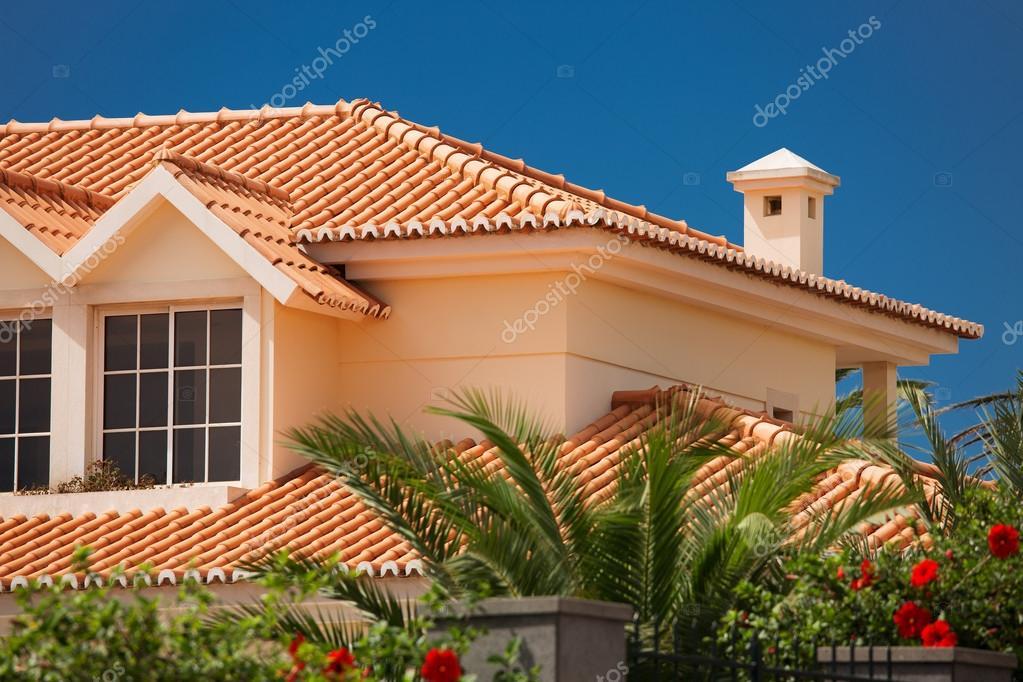 Cubierta de teja de una casa grande foto de stock for Cubiertas para techos de casas