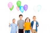 Usmívající se multietnické děti držící balónky izolované na bílém