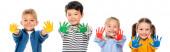 Pozitivní multikulturní přátelé ukazující ruce v barevné barvě izolované na bílém, banner