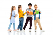 Multietnické děti drží barevné knihy na bílém pozadí
