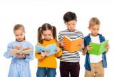 Multietnické děti čtení knih izolovaných na bílém