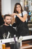 tükör tükröződik borbély vágás haj szakállas férfi homályos fodrászati eszközök előtérben