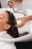 ostříhaný pohled na vlasy kadeřníka mytí klienta v salonu krásy