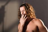 szexi félmeztelen férfi hosszú haj dohányzás sötét háttér