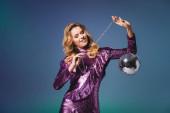 boldog elegáns nő flitteres ruha disco labda kék háttér