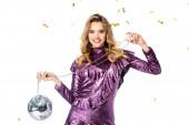 šťastná elegantní žena v flitrové šaty s diskotéka míč pod pádem konfety izolované na bílém