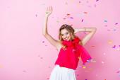 elegáns boldog nő koronában tánc konfetti alatt rózsaszín háttér